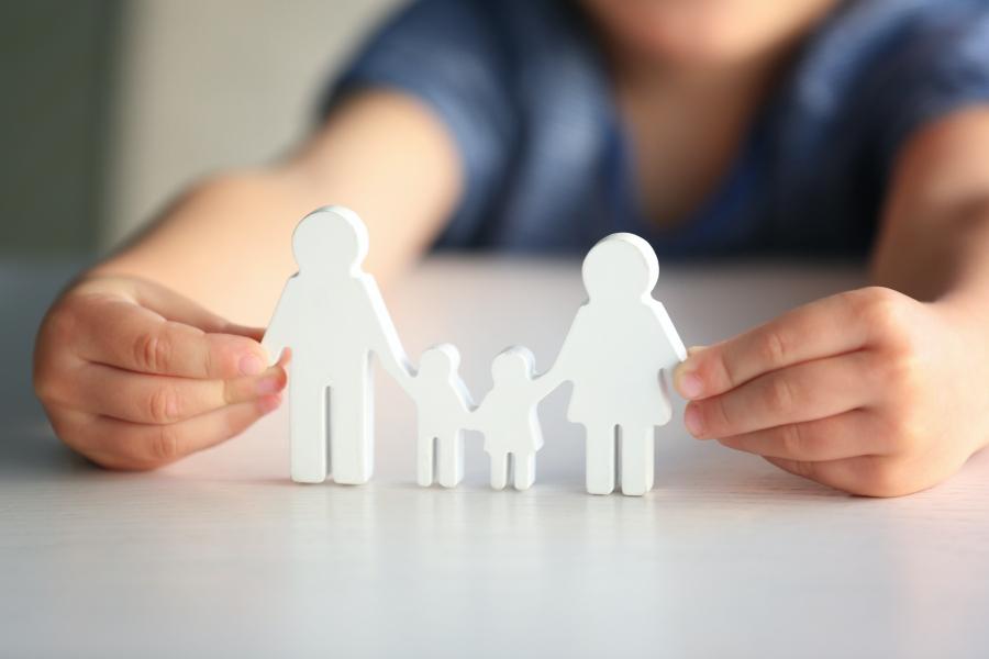 Estudian los beneficios que aporta la convivencia con una familia para los niños adoptados