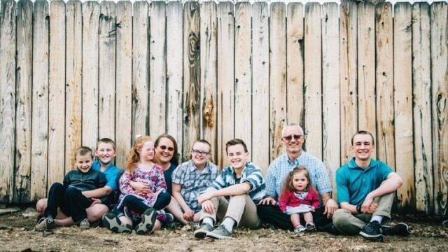 Familia de ocho hijos, tres adoptados y cuatro con síndrome de Down, difunde la alegría de adoptar